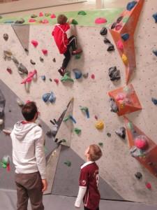 Auch Gefahren schätzt Oskar oft nicht richtig ein. Beim Klettern kommt es ihm Zugute!