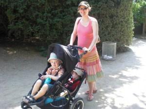 Ich, hochschwanger mit Frederik, und Oskar und Tim im Kinderwagen.