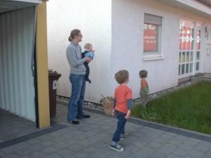 Die Jungs schauen gespannt zu als die Umzugswagen in Kaiserslautern ankommen